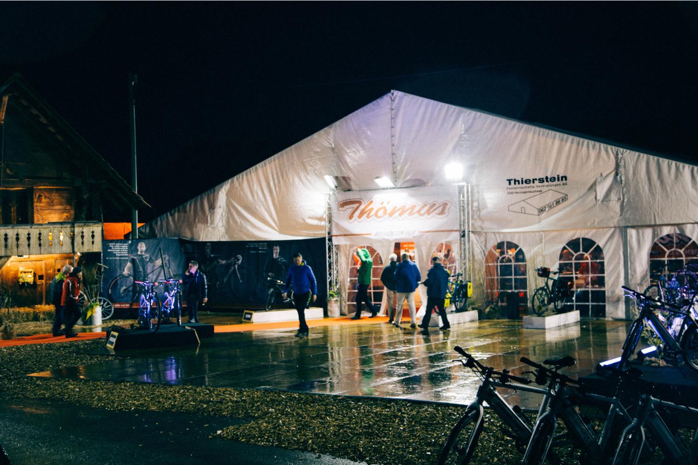 USL Veranstaltungstechnik sorgt für die richtige Präsentation an Ihrer Messe. Vom Boden, Bühnenbau, Zeltbau, Standbau, Mietstände, Beleuchtung bis zur Musikanlage mit geegneten Verstärker und Mikrophon / Headset bis hin zum Mobiliar